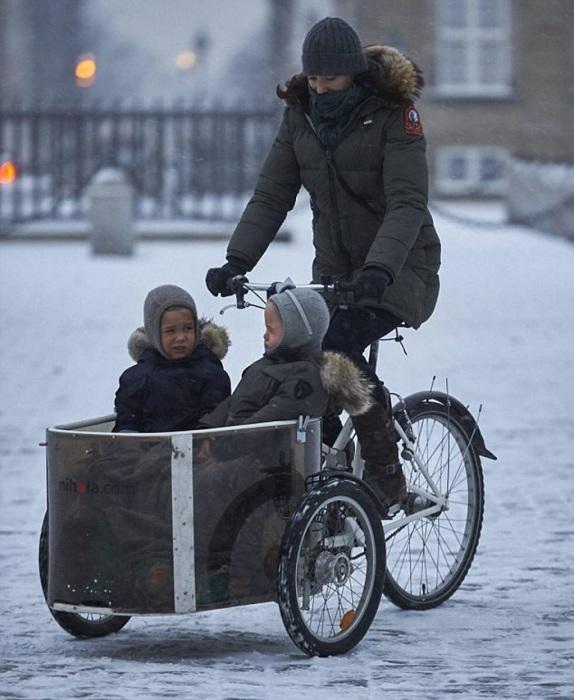 Кронпринцесса Дании отвозит детей в школу. / Фото: pinterest.ru