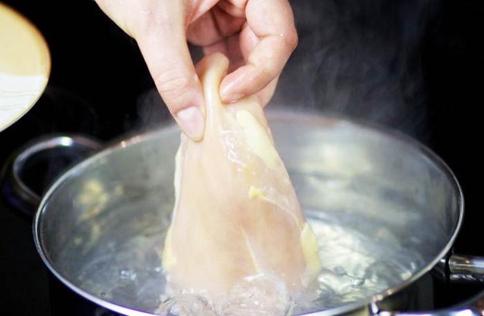 Бросать курицу в кипящую воду и варить на большом огне - плохая идея. / Фото: legkovmeste.ru