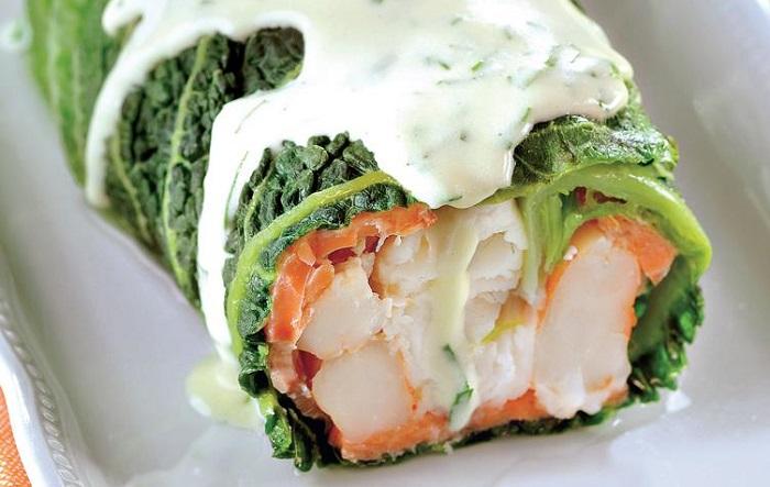 Из лосося и капусты можно сделать вкусный рулет и дополнить его соусом. / Фото: fb.ru