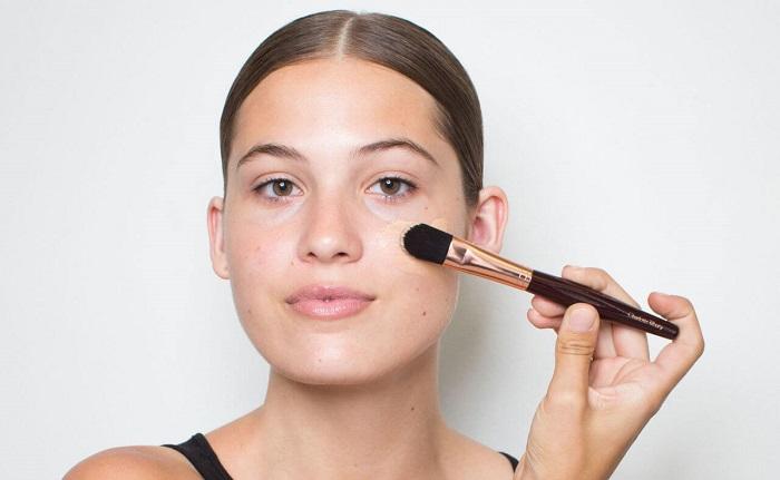 На жирную проблемную кожу нужно наносить много тонального крема. / Фото: attuale.ru