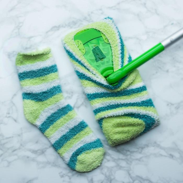 Носок без пары можно использовать в качестве половой тряпки. / Фото: pinterest.ru