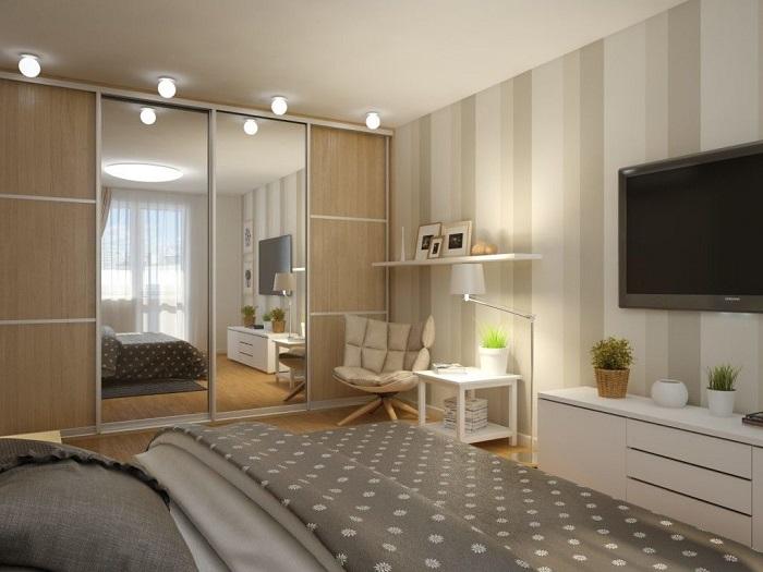 Зеркальный шкаф будет отражать естественный свет и увеличивать комнату. / Фото: fasad.guru