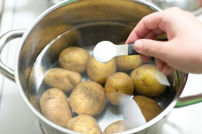 Оставьте картофель в соленой воде на четверть часа. / Фото: fb.ru