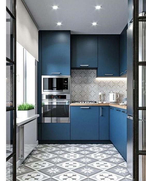 Узор напольной плитки хорошо сочетается с цветом гарнитура. / Фото: Pinterest.fr