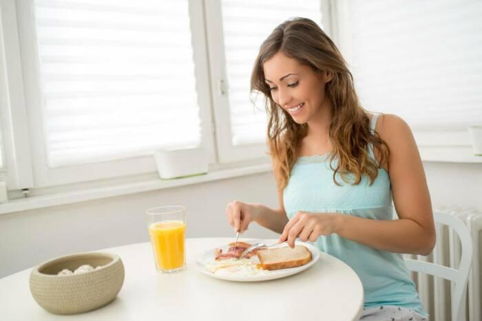 Сосредоточьте внимание на еде во время трапезы. / Фото: 123ru.net