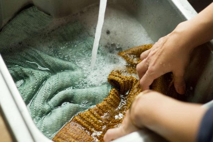 Горячая вода может закрепить пятно. / Фото: historyclothing.ru