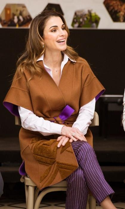 Королева Рания в классических брюках и модном пальто-кимоно. / Фото: pinterest.ru