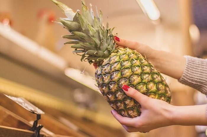 При выборе ананаса нужно обращать внимание на наличие сухих листьев. / Фото: News.myseldon.com