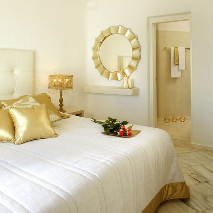 Подушка, торшер и зеркало в спальне одного оттенка. / Фото: dizajninfo.ru