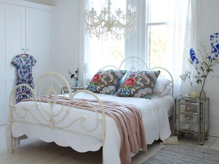 Кровать с кованной спинкой - яркий элемент прованса. / Фото: comfortoria.ru