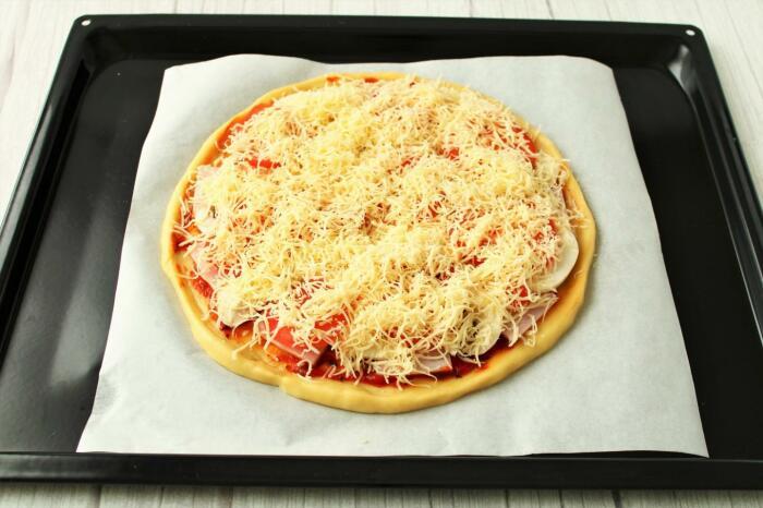 Если положить пиццу на холодный противень, корочки не будет. / Фото: 1000.menu