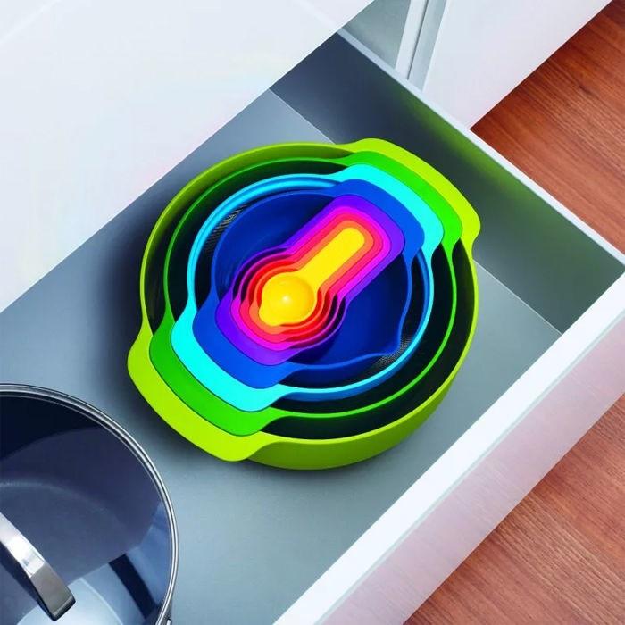 Компактный набор посуды удобнее хранить на кухне. / Фото: pinterest.com