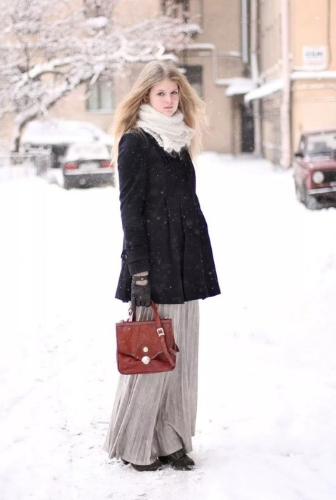 Пальто не прикрывает юбку. / Фото: Pinterest.ru