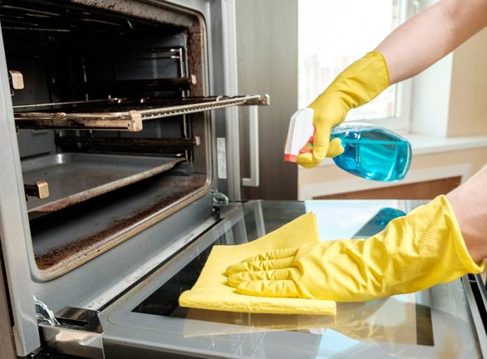 Чтобы не засох жир, духовку следует мыть после каждого приготовления блюда. / Фото: Zen.yandex.com