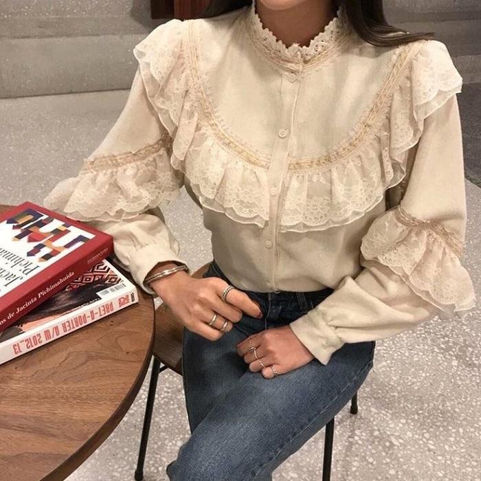 Романтичные аутфиты формируются с помощью блузок с воланами. / Фото: pinterest.ru