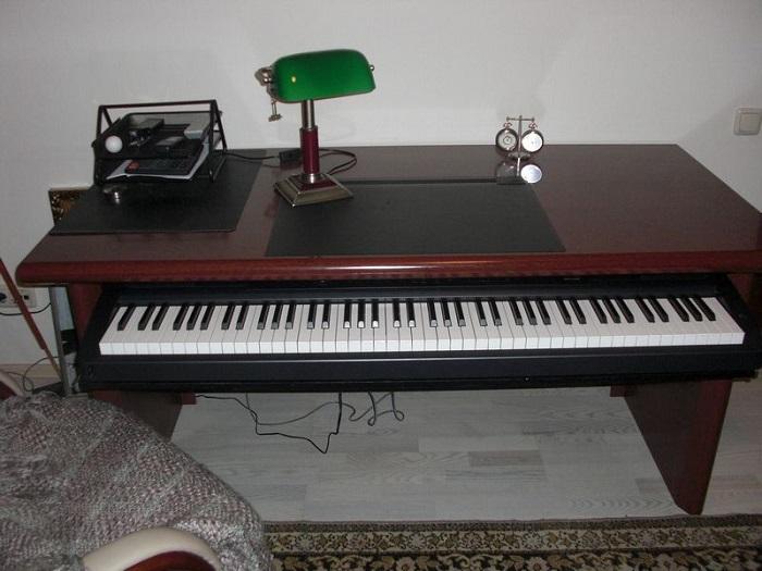 Оборудуйте выдвижную полку для синтезатора. / Фото: pinterest.ru