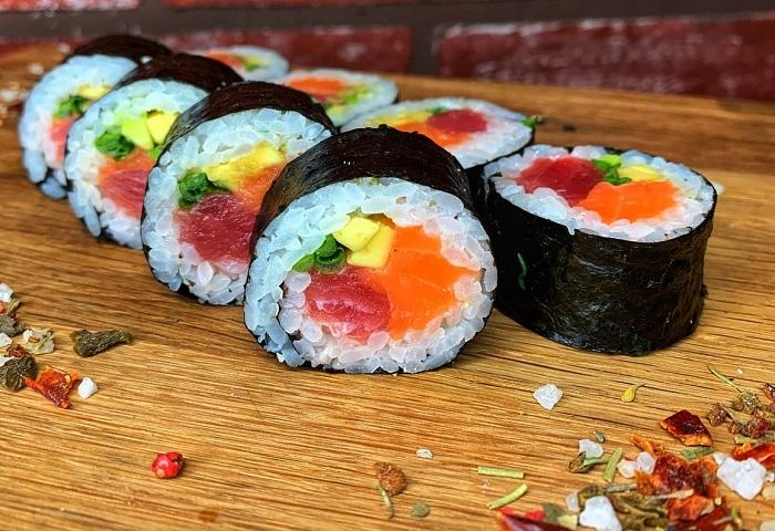 Суши могут стать отличной основой для диеты. / Фото: pinterest.ru