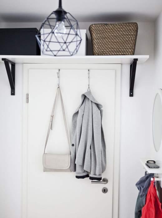 Пространство над дверью можно использовать для хранения коробок с вещами. / Фото: domoholic.ru