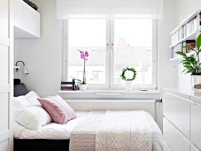 Кровать можно разместить возле окна, а шкаф - напротив. / Фото: dizainexpert.ru