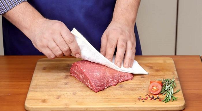 Мясо перед жаркой нужно высушить салфеткой. / Фото: gastronom.ru