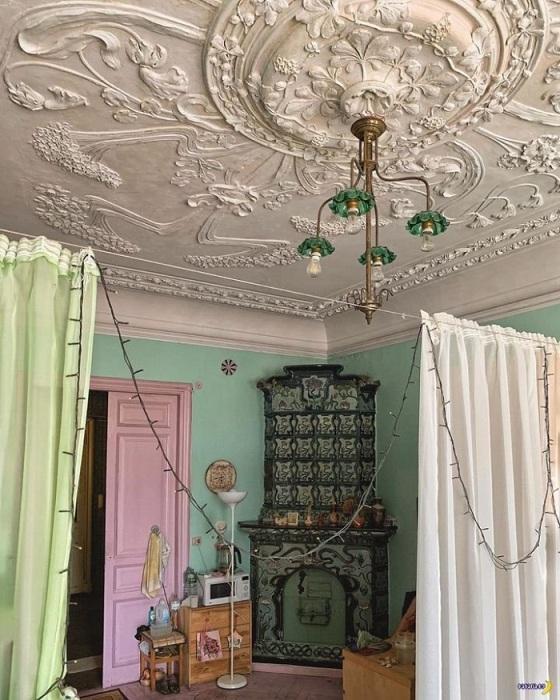 Лепнина на низком потолке визуально еще больше уменьшает его. / Фото: vivbo.ru