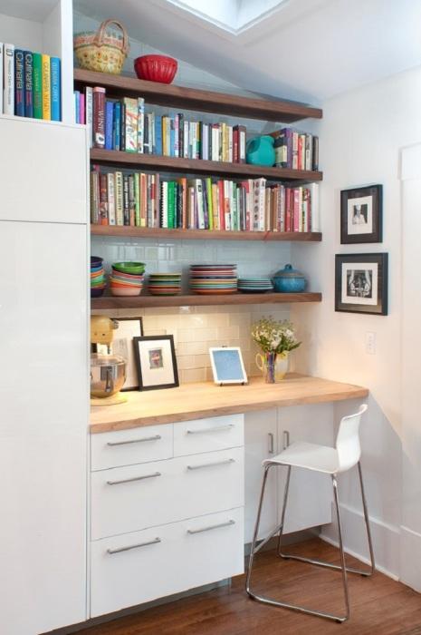 На полках удобно хранить книги, документы, канцелярию. / Фото: housesdesign.ru