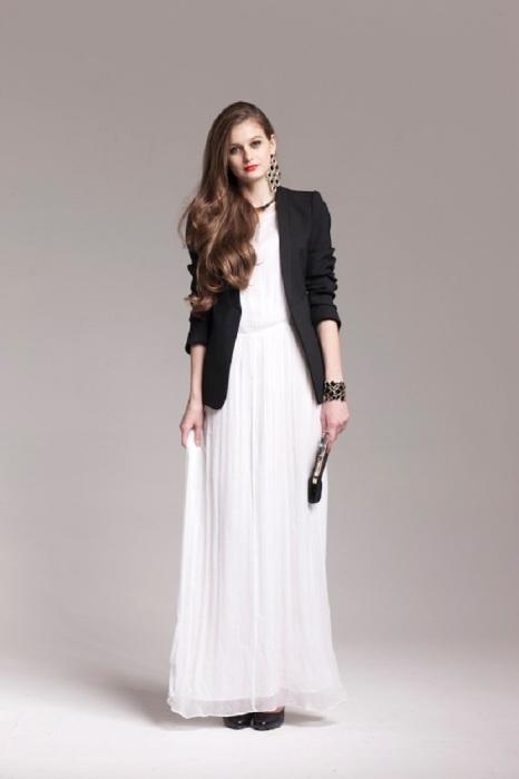 Белое платье с черным пиджаком и массивными аксессуарами - идеальным вечерний образ. / Фото: vplate.ru