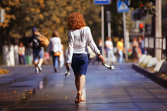 Руки не должны болтаться во время ходьбы. / Фото: elle.ru