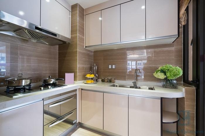 Глянцевая кухня смотрится дорого и элегантно. / Фото: Dizainkyhni.com