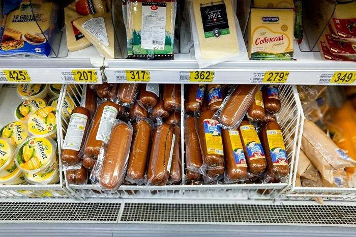 На распродажные стойки выставляют продукты, у которых заканчивается срок годности. / Фото: zen.yandex.ru