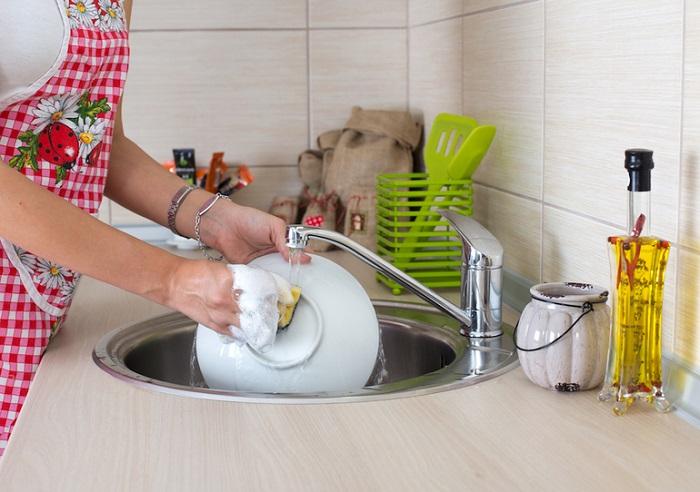 Если сразу не помыть посуду, то остатки еды засохнут и воды уйдет гораздо больше. / Фото: идея-малого-бизнеса.рф