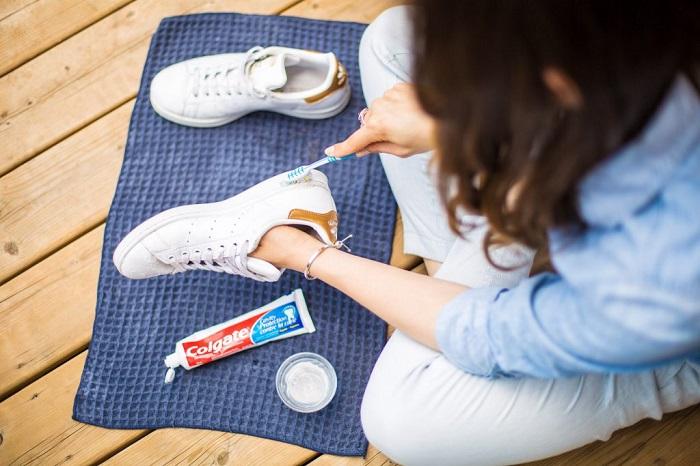 Чистить кроссовки зубной пастой эффективно, но долго. / Фото: ezoterkin.ru