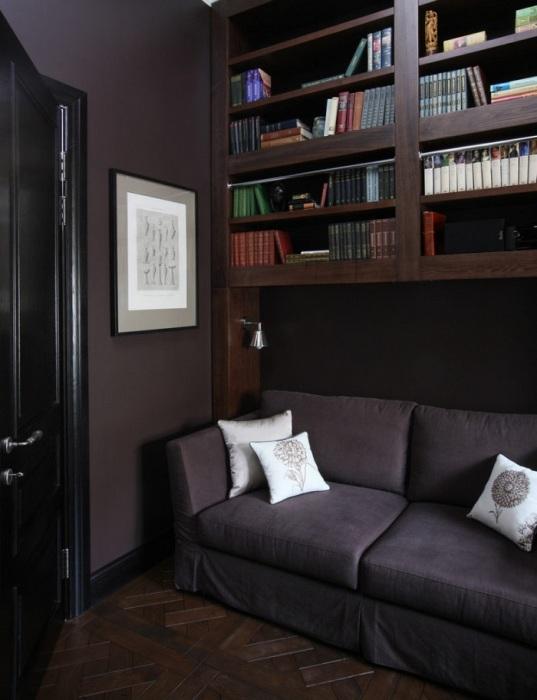 На темной мебели лучше видны отпечатки и пыль. / Фото: mirdizajna.ru