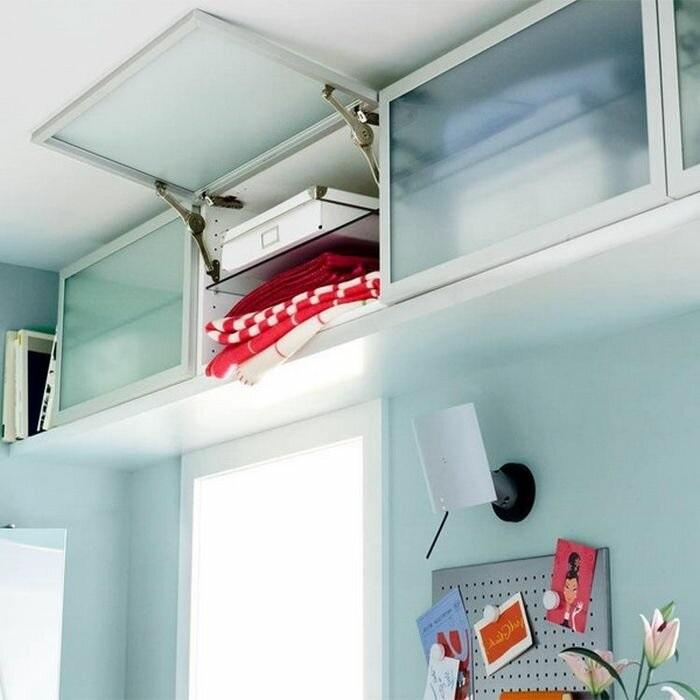 Сделайте над дверью ниши с дверцами. / Фото: Zen.yandex.com