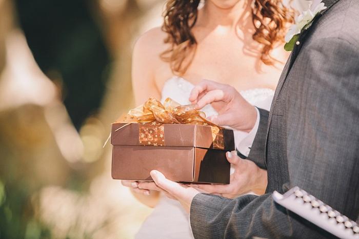 Свадебные подарки молодожены обычно возвращают в магазин. / Фото: vplate.ru