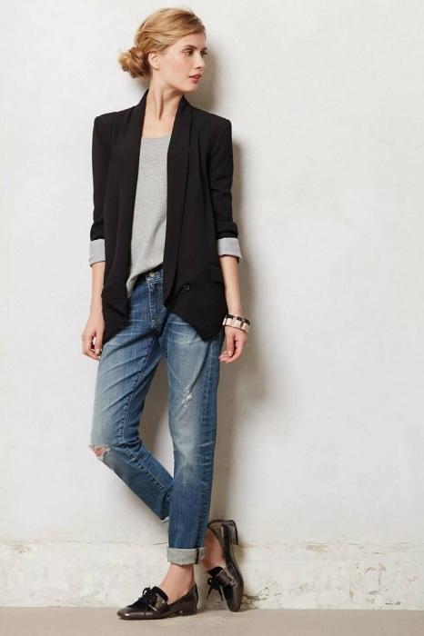 Удлиненный жакет хорошо комбинируется с прямыми джинсами. / Фото: Pinterest.pt