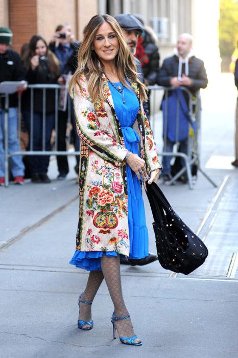 Сара Джессика Паркер в платье голубого цвета и в пальто с цветочным орнаментом. / Фото: Marieclaire.ru