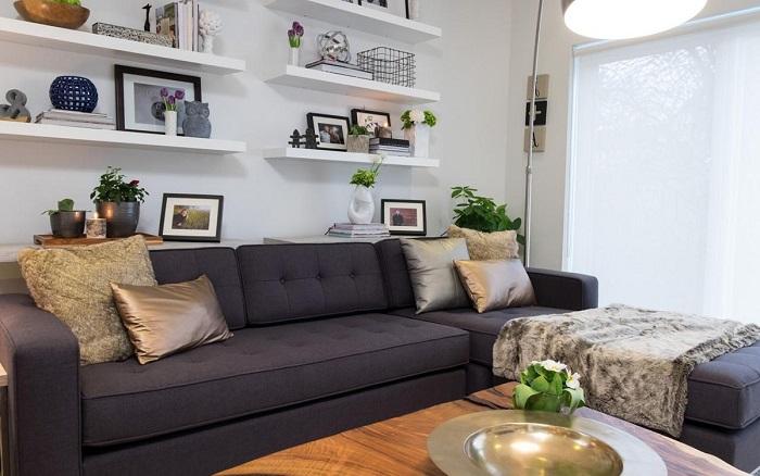 Полки на стене за диваном станут прекрасным местом для хранения. / Фото: Archrevue.ru