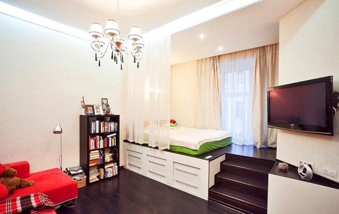 На подиуме можно расположить кровать. / Фото: dizajn-gostinoj.com