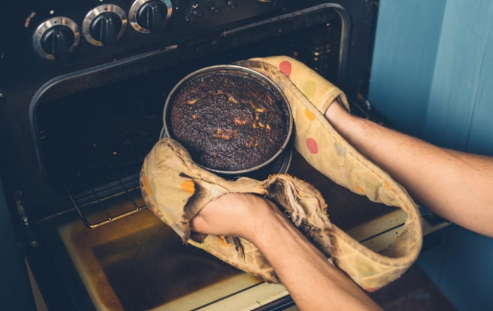 Даже пригоревший пирог можно спасти. / Фото: 4vkusa.mirtesen.ru