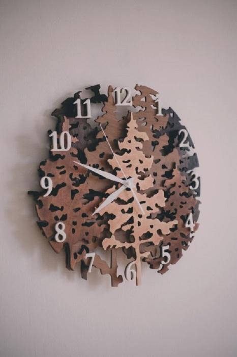 Деревянные часы отлично смотрятся в интерьере. / Фото: pinterest.ru