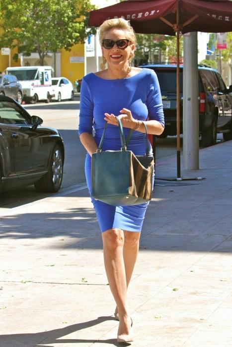 Шэрон неравнодушна к обтягивающим элегантным платьям. / Фото: celebmafia.com