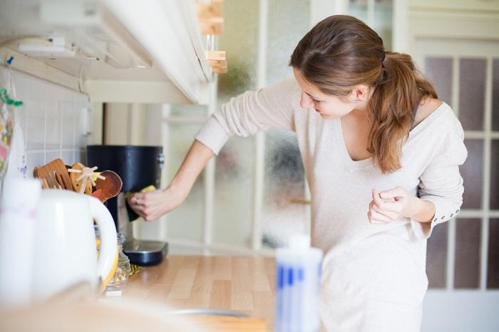 Кофеварка может подождать до генеральной уборки. / Фото: Alimpia-mebel.ru