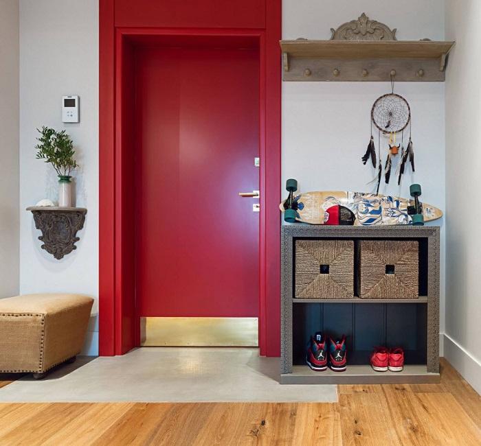 Покрасьте входную дверь в яркий цвет. / Фото: pinterest.ru