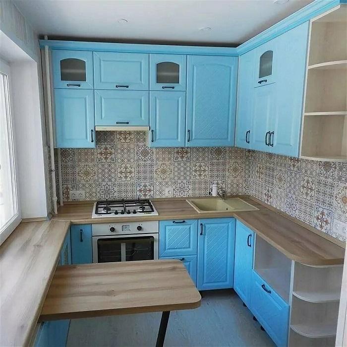 50% голубого и 50% бежевого - не лучшая идея для интерьера кухни. / Фото: Pinterest.ru