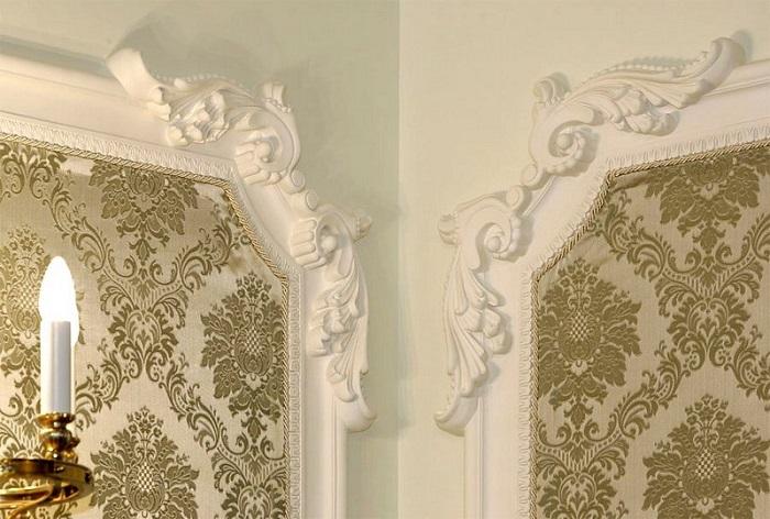 Крупные элементы смотрятся уместно только в очень больших комнатах с высокими потолками. / Фото: domechti.ru