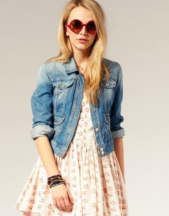 Джинсовая куртка хорошо смотрится практически с любыми элементами гардероба. / Фото: fashionapp.ru