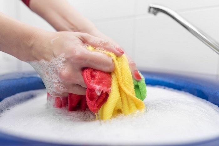 Горячая вода не подходит для стирки цветных полотенец. / Фото: fb.ru