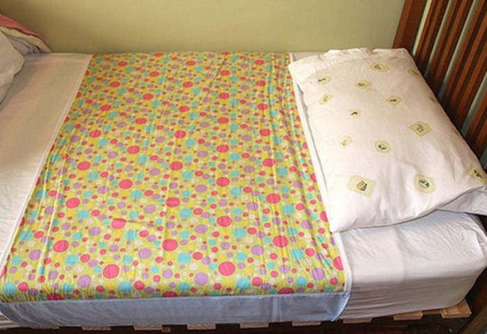 Можно сделать наматрасник или просто положить шторку на кровать, закрепив ее. / Фото: sovkusom.ru
