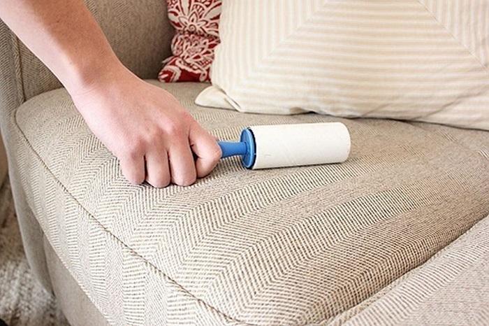 Ролик для одежды отлично справляется с пылью на мебели. / Фото: build-experts.ru